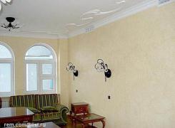 фрагмент отделки и покраски стен, лепного гипсового орнамента на потолке  в гостиной