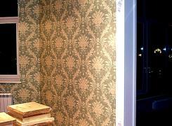 оклейка стен текстильными обоями и отделка входной арки декором из гипса