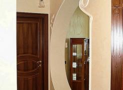 Оригинальное решение по отделка гипсовым лепным декором входного проема. Также произведена покраска стен и потолка