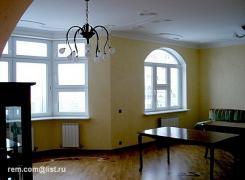 Кропотливая отделка потолка, стен, пола в гостиной с помощью качественных отделочных материалов, так как дизайн интерьера квартиры не предусматривал использование рядовых отделочных материалов