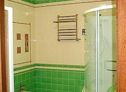 фото варианта отделки в ванной комнате: итальянская кафельная плитка и бесшовный натяжной потолок