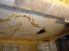 Общий вид готовых потолочных карнизов из оселкового мрамора с декоративным декором из гипса