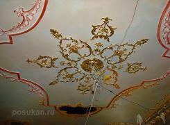 Фрагмент декоративного оформления потолка: роспись декора из гипса, оселковые элементы из гипса