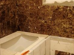 Новый этап: делаем укладку мраморной плитки в ванной