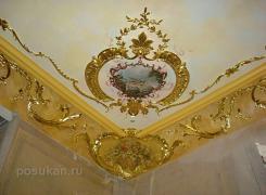 На фото представлен фрагмент потолка с  лепниной из гипса и оселкового мрамора. Было выполнено патинирование, роспись по гипсу. Качественно сделанные оселковые карнизы выполняют почеркивающую функцию для всего интерьера